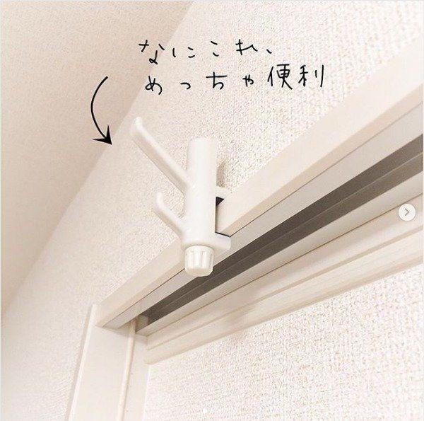 天井からポールが吊されており 室内で物干しもできます 202号室