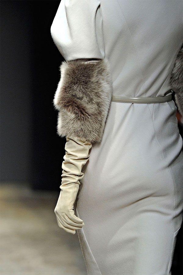 Donna Karan vestido gris claro con guantes y manguitos piel de pelo