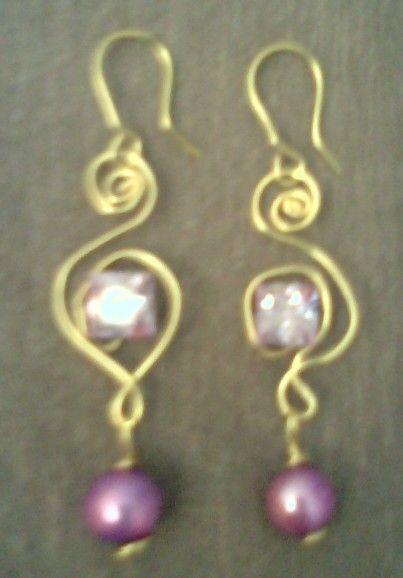 Aretes engarzados con zirconiaa y perlas.