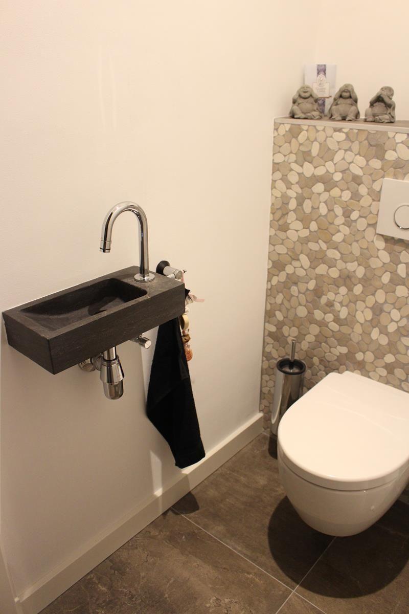 Natuurstenen toiletfonteintje en mozaïektegel toiletachterwand ...