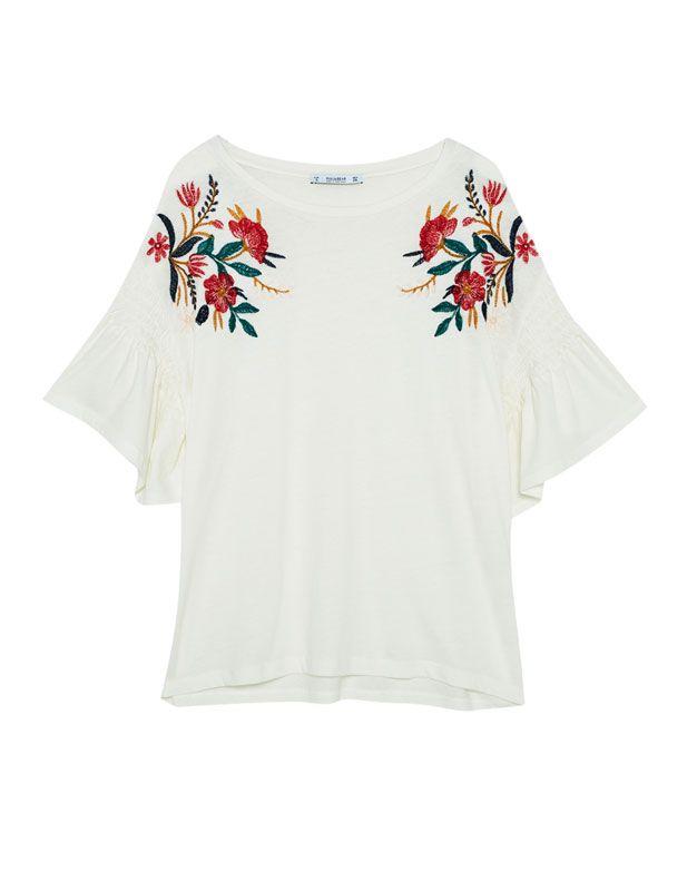 88c834e92175c Camiseta bordado flor - Camisetas - Ropa - Mujer - PULL BEAR Islas Canarias
