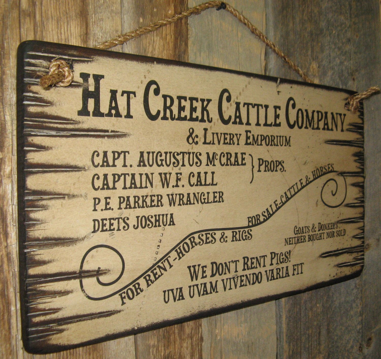 Mützenfirma Creek Rinder & Chauffeurdienste Emporium, Lonesome Dove Schilder, Western, antikisiert, hölzernes Schild von CowboyBrandFurniture auf Etsy https://www.etsy.com/de/listing/127488803/mutzenfirma-creek-rinder