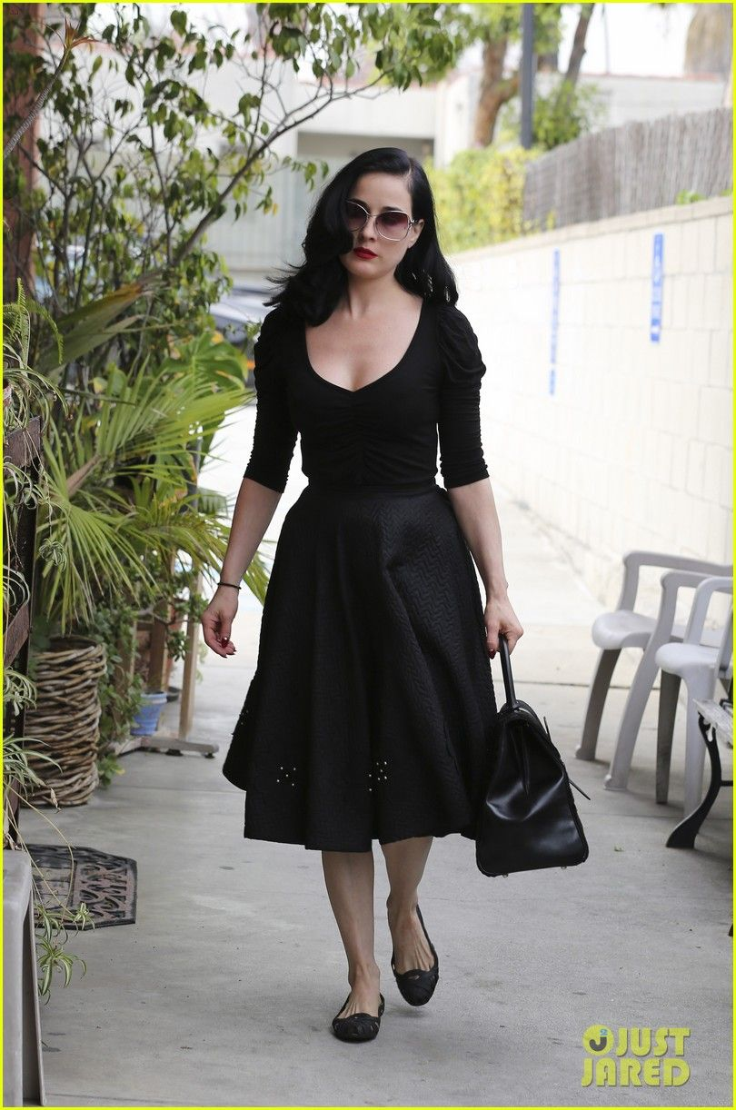 6928b42c60 I like dresses with sleeves and pockets. Dita Von Teese♥✿ڿڰۣ(̆̃̃-- love  ✜❤✿ڿڰۣ More