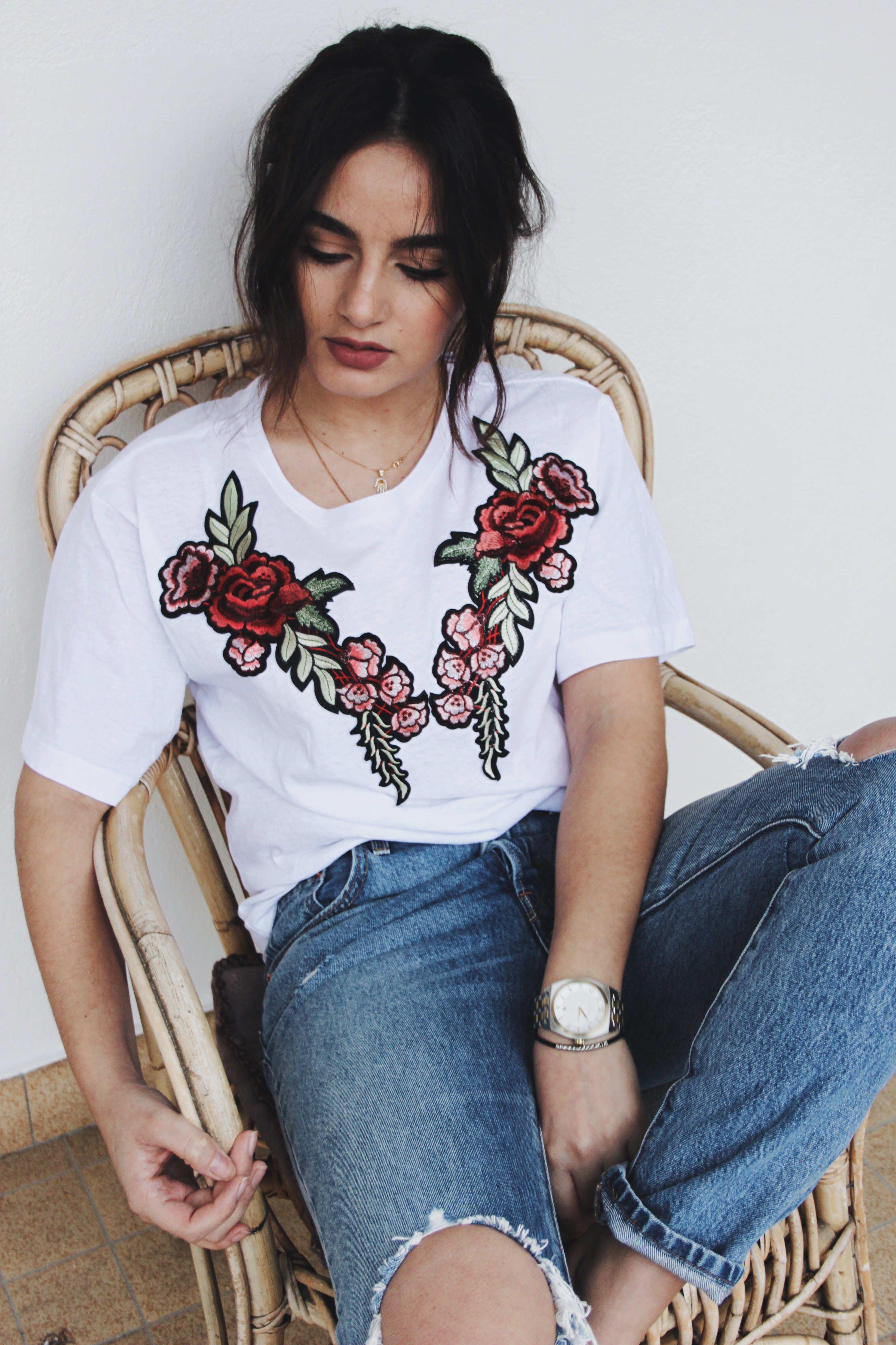 Ein DIY Embroidered T-Shirt mit Rosen Patches. Wir zeigen euch wie ...