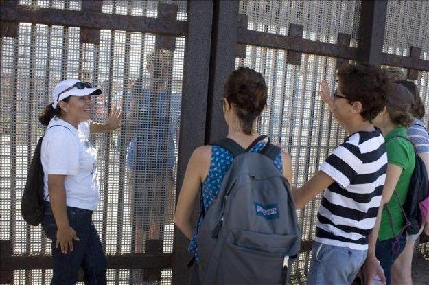 Familias retoman la tradición de reunirse en fronterizo Parque de la Amistad - USA Hispanic