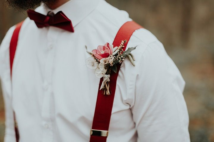 Beautiful woodland wedding styled shoot with cranberry red accents | fabmood.com #woodlandwedding #cranberrywedding #groom