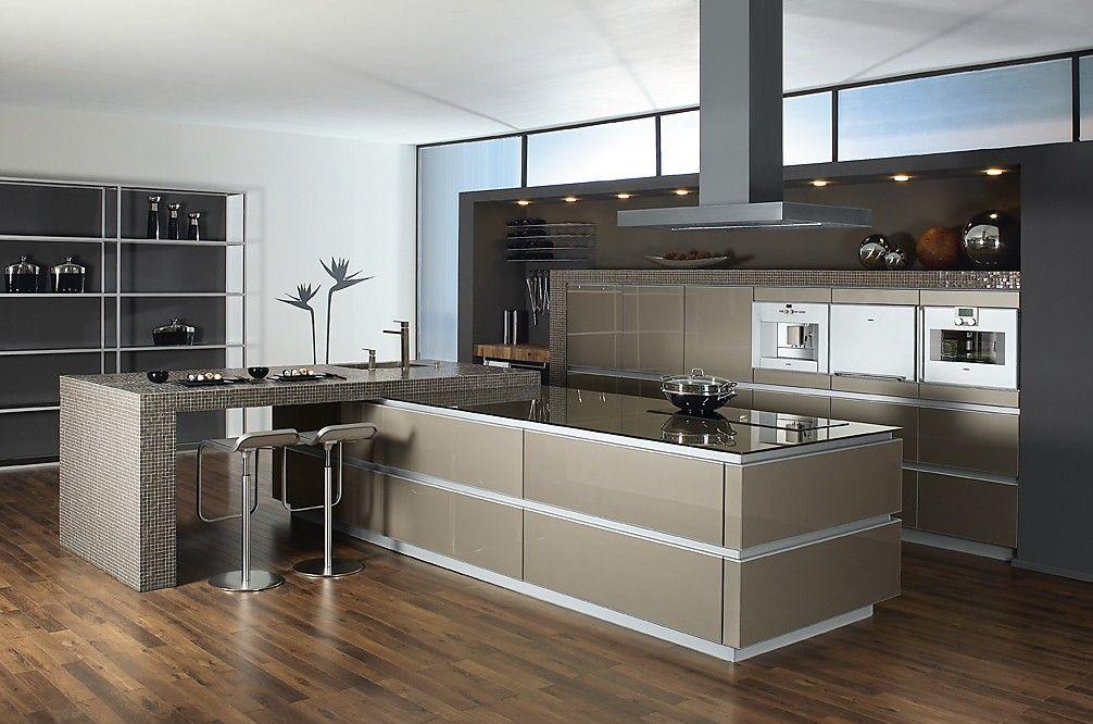 offen geplante luxusküche mit glasfronten in ingwermetallic