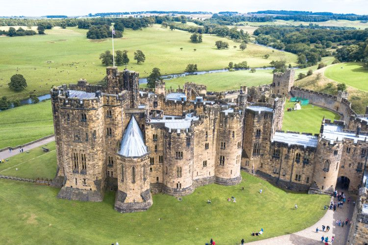 Alnwick Castle Was Used As Hogwarts In The Harry Potter Films And Is Well Worth Visiting On A Holiday To Northumber Alnwick Castle Northumberland Castle Castle