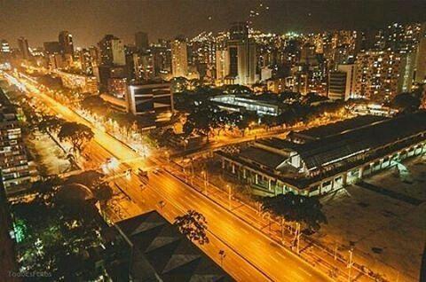 Caracas de noche. Fotografía cortesía de @todoesfotos  #LacuadraU #GaleriaLCU #Caracas #CaracasDeNoche #Venezuela