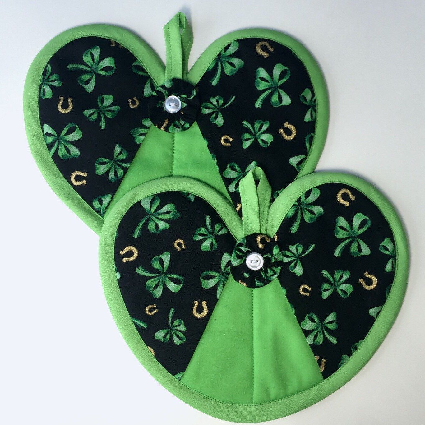 St. Patrick's day heart hot pad pair found in my Etsy shop https://www.etsy.com/listing/268861640/st-patricks-day-three-leaf-clover-and  Gold horse shoes, 3 leaf clovers, lucky, St pattys day
