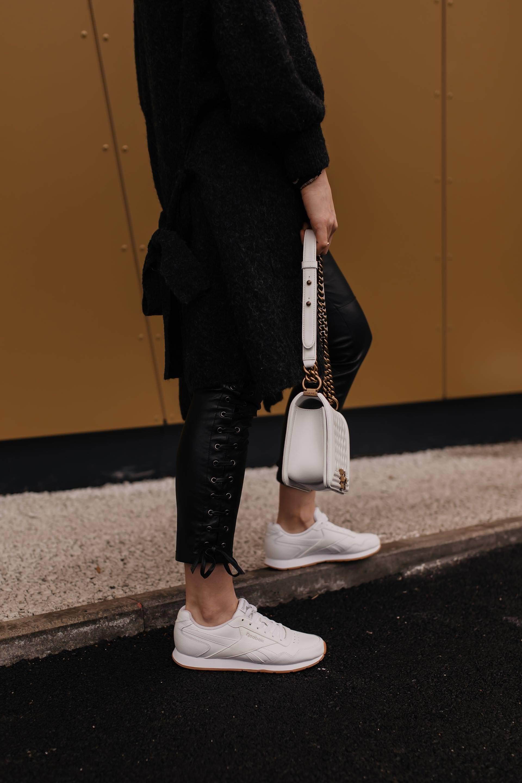 Outfit mit schwarzer Lederhose, weißen Sneakers und Fendi