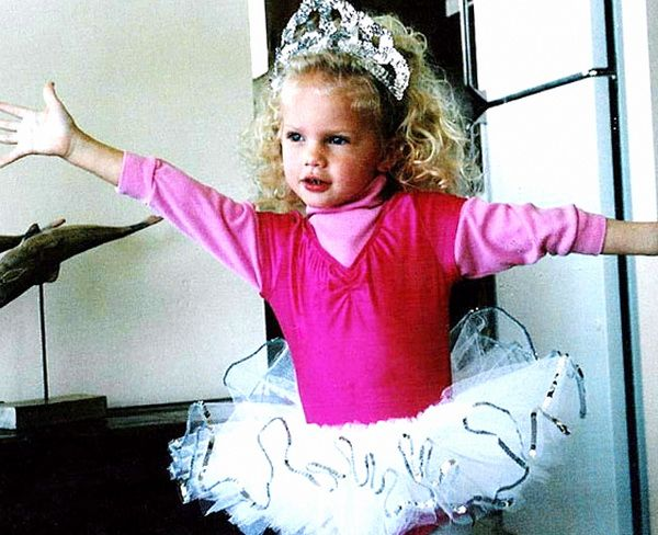 Celebrities As A Child Taylor Swift Childhood Photos Taylor Swift Childhood Young Taylor Swift Taylor Swift Pictures