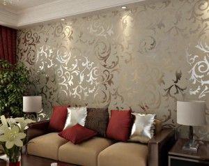 decoracao de parede de sala de estar com tecido dourado