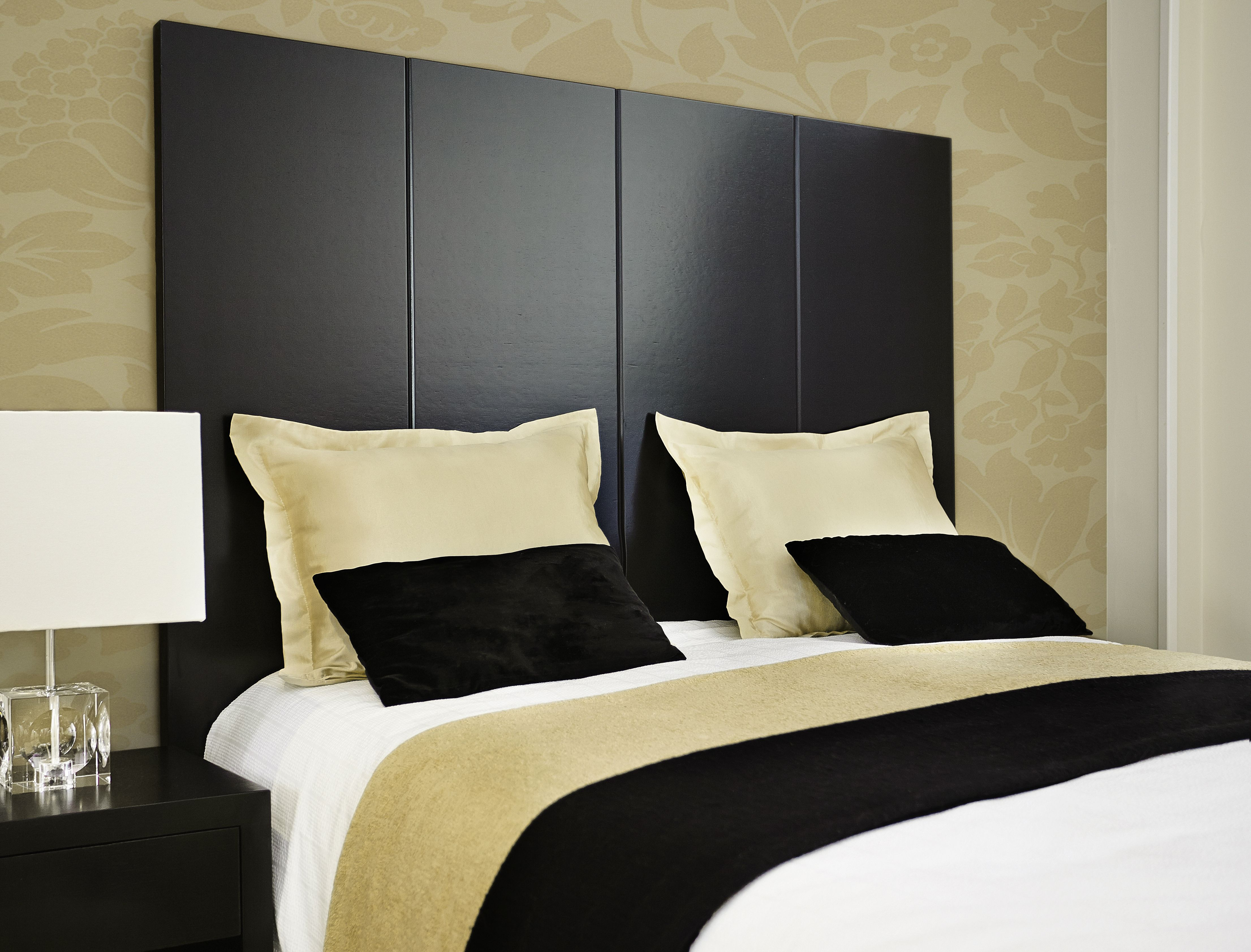cabecero de cama venecia elegante pieza de roble natural teida en negro emulando los