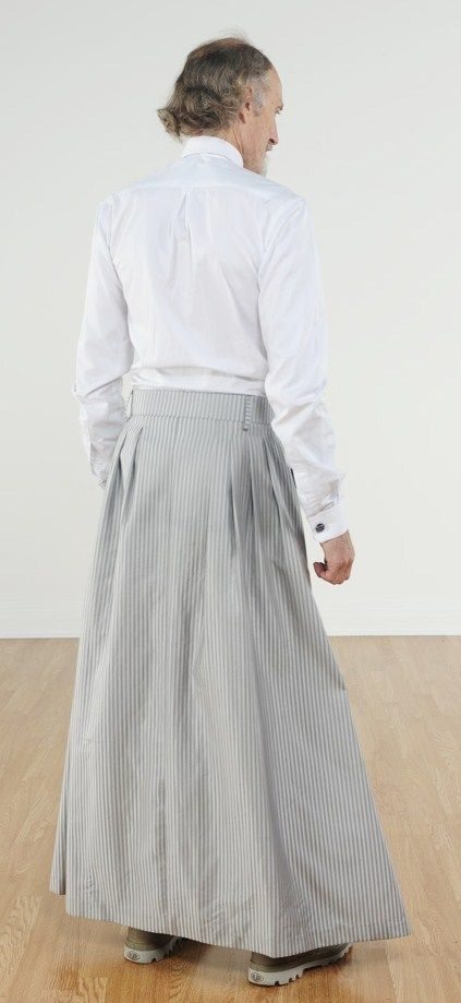 051 The three-pleat skirt from the rear