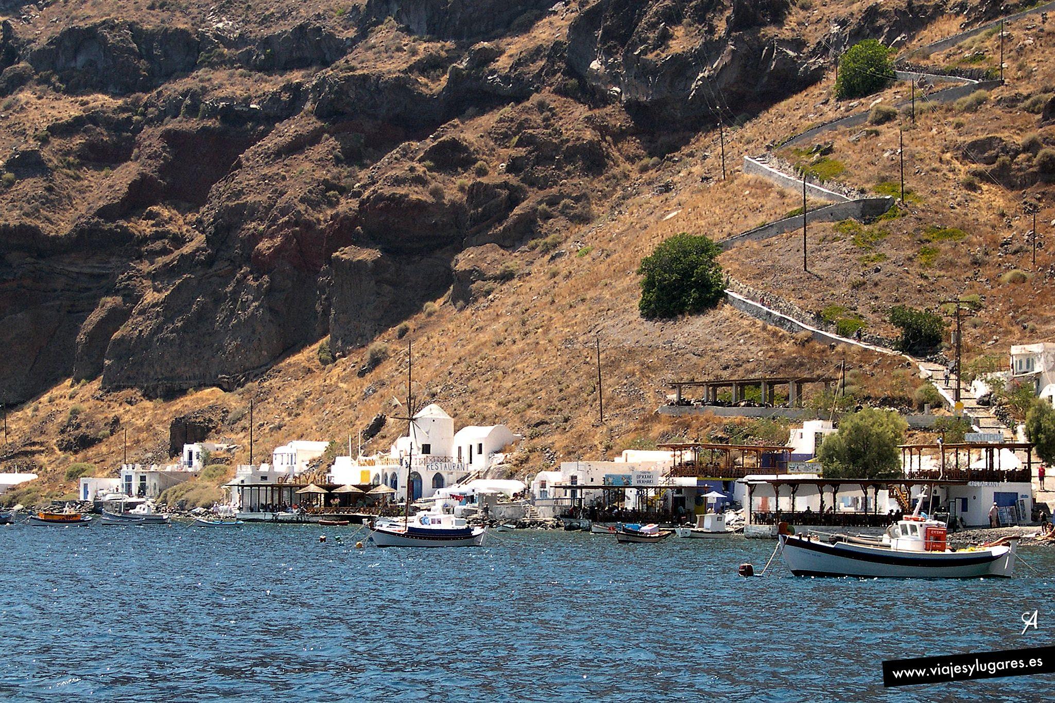 Estando en Santorini, nos acercamos en velero a la pequeña isla de Thirassia, que también tiene una buena cuesta con una escalerita en zig-zag para llegar al pueblo de Manolas... Santorini, Grecia.