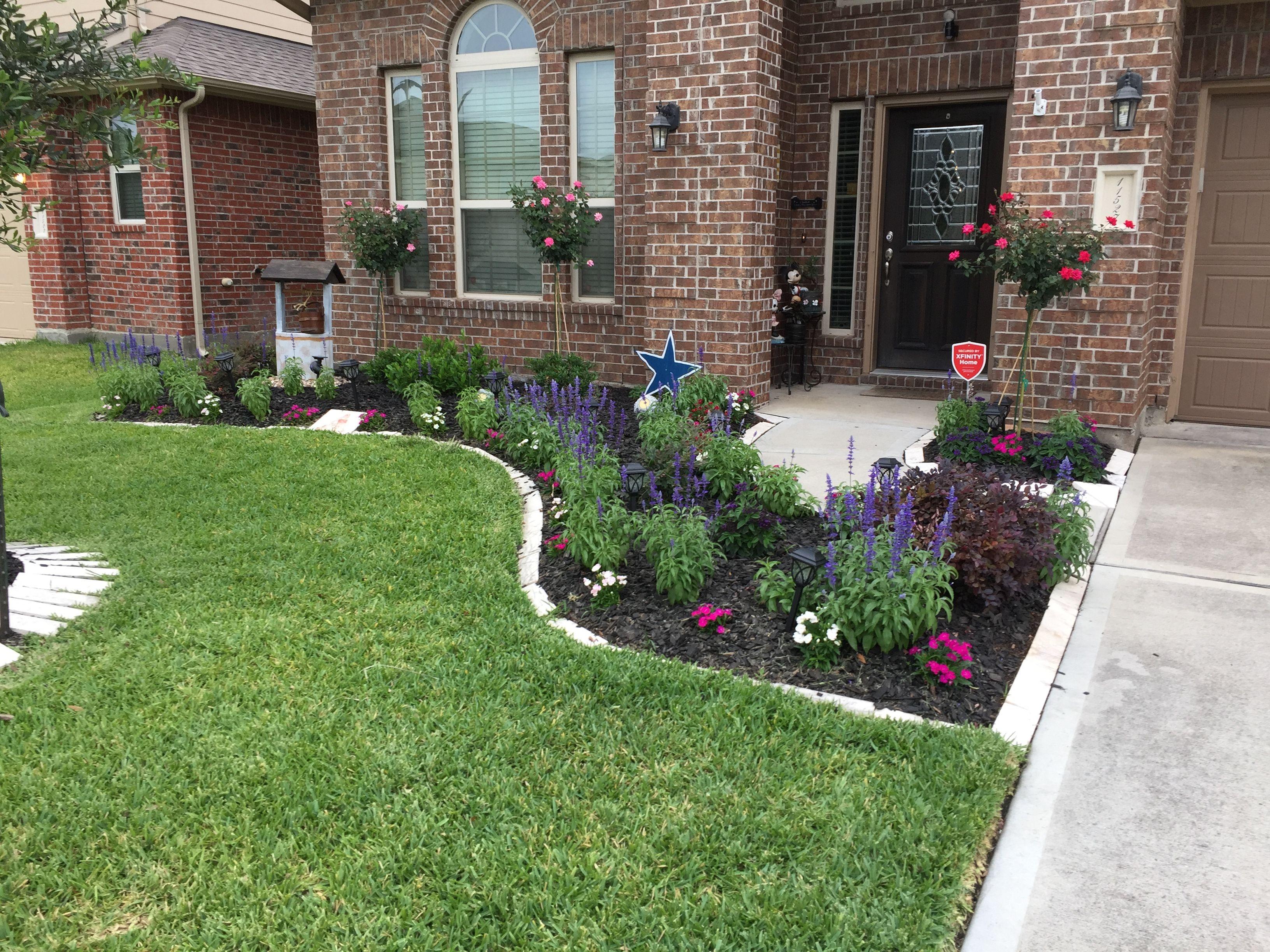 как оформить газон перед домом фото устроило