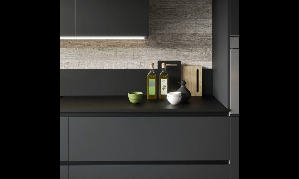 cuisine gris anthracite avec plan de travail noir et crdence bois
