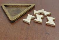 Juegos de Ingenio: Triángulos en Triángulo.  Este puzzle consta de cuatro piezas formadas por triangulos equilateros unidos por media cara. Tres de las piezas son iguales, formadas por 2 triangulos, la cuarta esta formada por 3 triangulos. El juego consiste en meter las cuatro piezas dentro de una caja triangular.