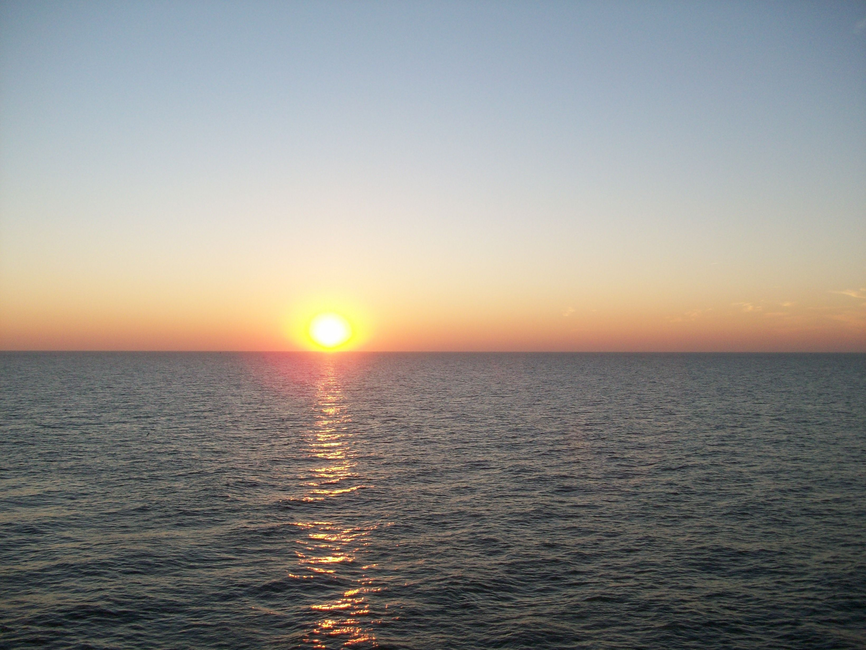 The sun sinks into the sea ... at Scheveningen, Holland. And someday I'll come back, so like the sun! :-)