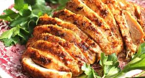 Pulykamell fűszeres margarinnal köretnek vitamisaláta a húsvéti asztalra, cukorbetegeknek is.