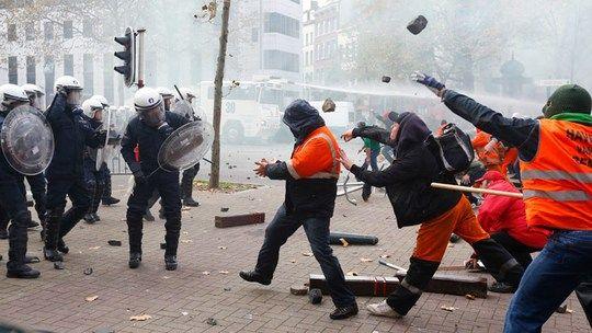 Violentos enfrentamientos estallaron en Bélgica con más de cien mil manifestantes en Bruselas contra las medidas de austeridad del gobierno..