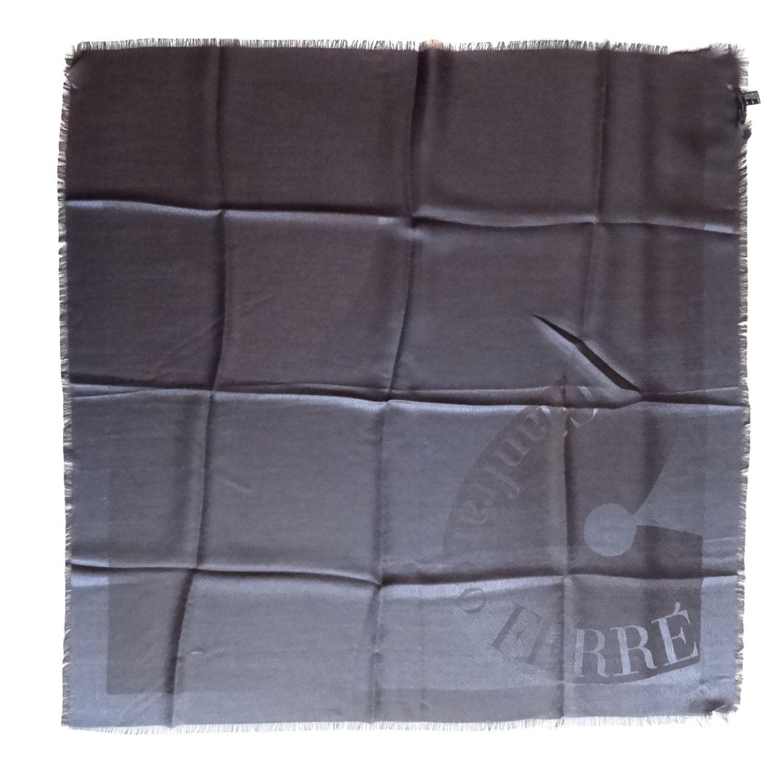 Gianfranco Ferré, pañuelo color gris. Dimensiones 80x80cm. Tiene una ligera tara (se puede observar en la foto). Material 55% seda y 45% lana. Está nuevo jamás usado. By Luxe a Porter $44  www.luxeaporter.com