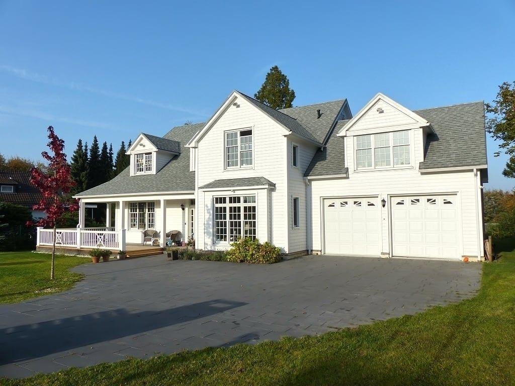 Finde landhausstil Häuser Designs: OPEN HOUSE front mit Garage. Entdecke die schönsten Bilder zur Inspiration für die Gestaltung deines Traumhauses.
