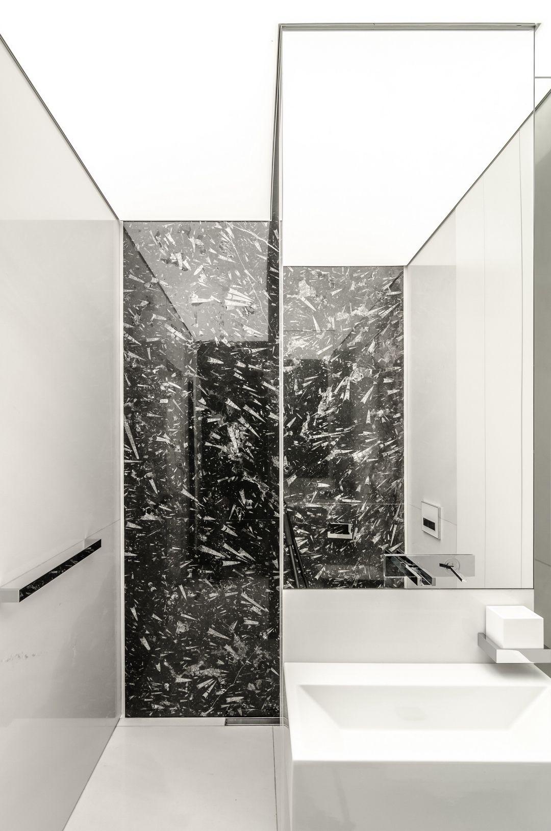 Tumma kivi kylpyhuoneen seinässä