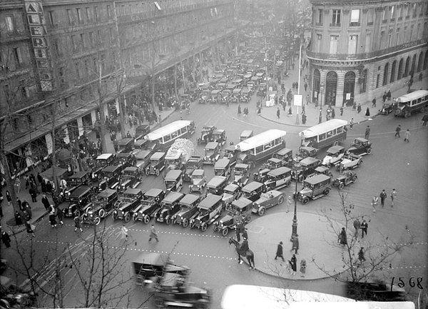 "valmad sur Twitter : ""Paris 1930, boulevard Haussmann https://t.co/6PtlyPI49n"""