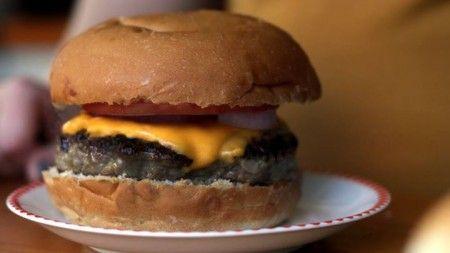 "Isadora, do canal Gastronomismo, se inspira no famoso casal de criminosos ""Bonnie & Clyde"" e ensina a preparar um hambúrguer saboreado por eles no filme."