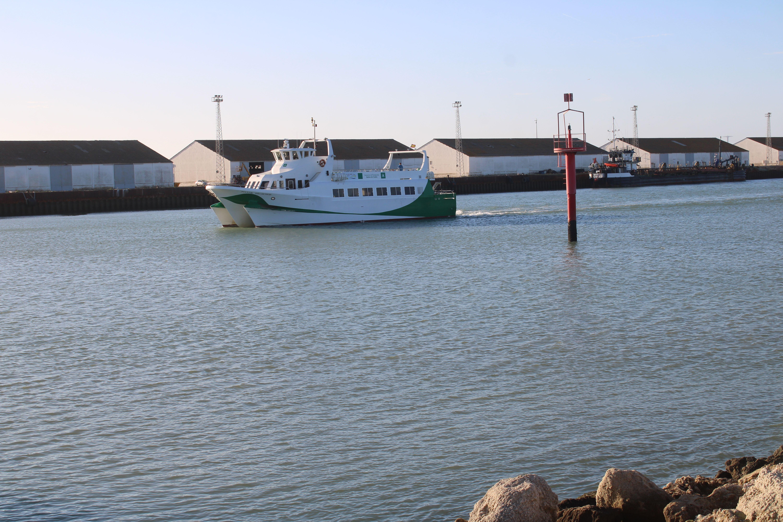 catamarán subiendo por el río Guadalete