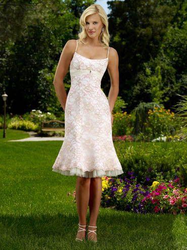 Foto 12 de 12) Juvenil y divertido traje de novia con falda ...