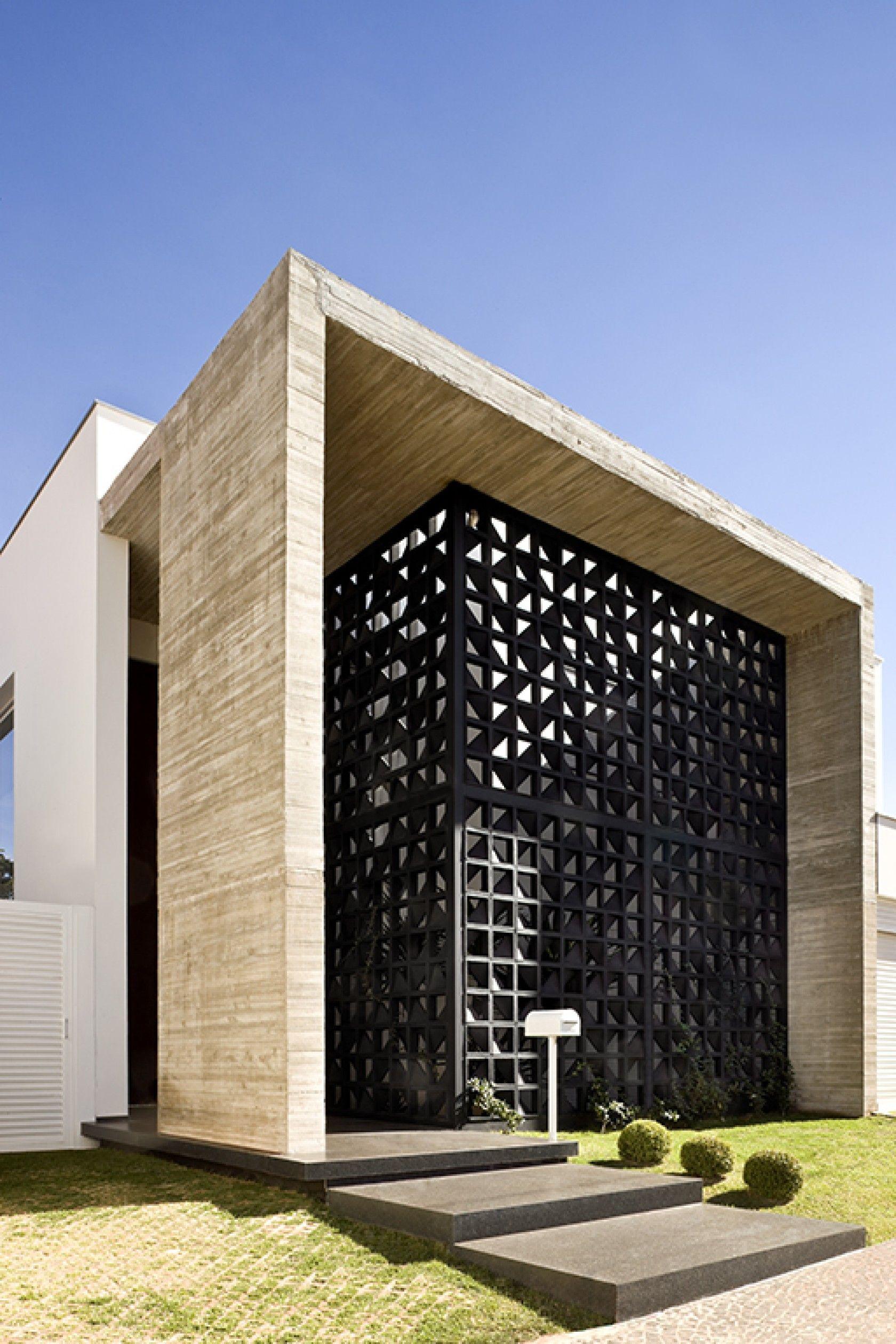 Fachada de casa com cobog preto e moderno for Casa moderno kl
