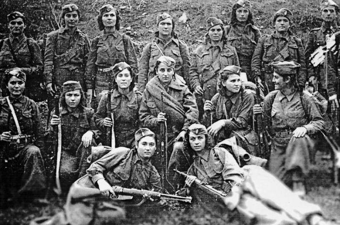Τα χρόνια του 1940 – 1944 και τις μέρες του Δεκέμβρη οι γυναίκες συμμετείχαν ενεργά στην εθνικοαπελευθερωτική πάλη και απο την θέση της μαχήτριας. Η ΕΑΜική αντίσταση ήταν σταθμός για την μαζική τους δράση. Για πρώτη φορά στην ελληνική ιστορία ψήφισαν οι γυναίκες το 1944, για την ανάδειξη εθνικού συμβουλίου, την περίοδο της λαικής εξουσίας στην Ελεύθερη Ελλάδα. Με διάταγμα της Κυβέρνησης του Βουνού δόθηκε το δικαίωμα του εκλέγειν και του εκλέγεσθαι και αναδείχτηκαν 5 γυναίκες αντιπρόσωποι στο…