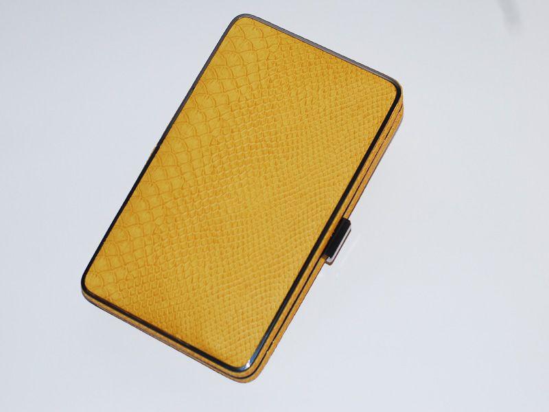 2b3c27917 Elegante clutch de color mostaza. Realizado en piel labrada mate con  perfiles metálicos plateados. El interior está confeccionado en raso.  Incorpora […]
