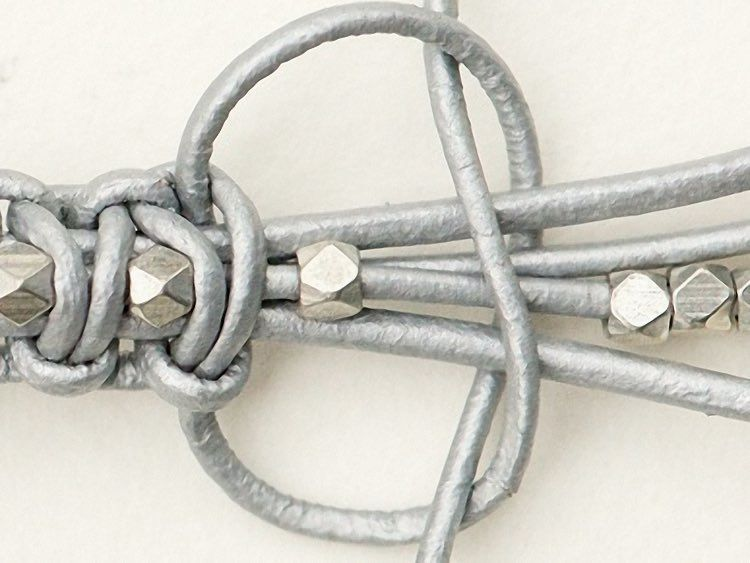 Lederarmband mit perlen selber machen  DIY-Anleitung: Makramee-Lederarmband selber knüpfen via DaWanda ...