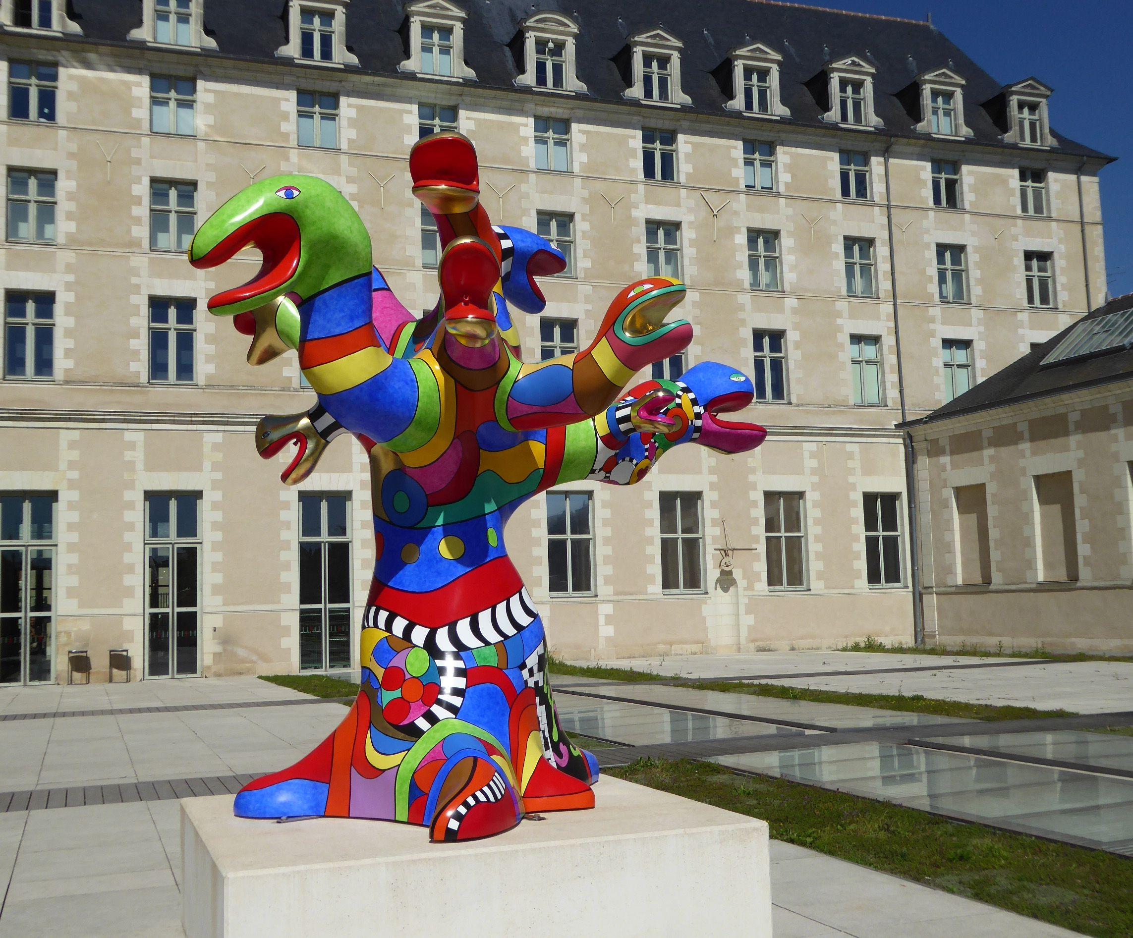 L arbre serpents de Niki de Saint Phalle dans la cour du Musée des