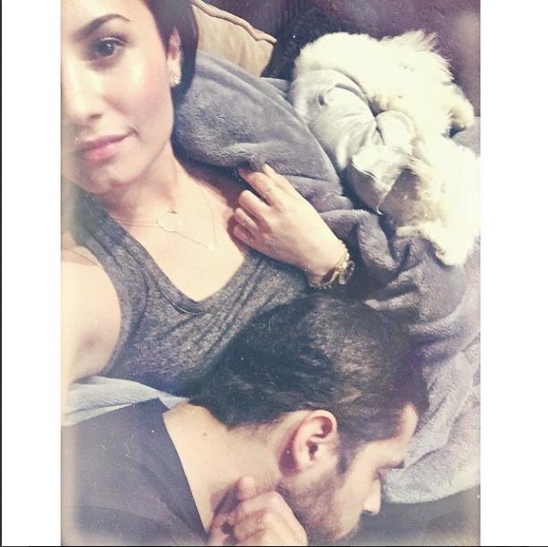 So Cute: Demi Lovato Snuggles With Wilmer Valderrama and Buddy | Cambio