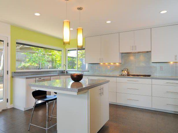 Cocina moderna blanca, con pared en verde lima y suelo marrón. Isla ...
