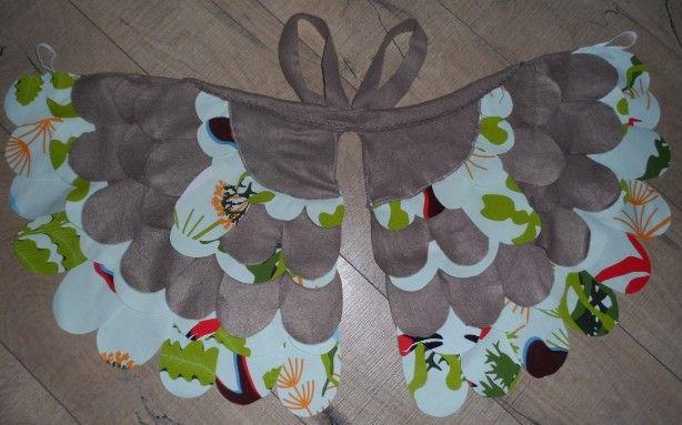 Door de elastiekjes voor de duimen en de schouderhengsels kan een kind zich verkleden als vogel en fladderen!