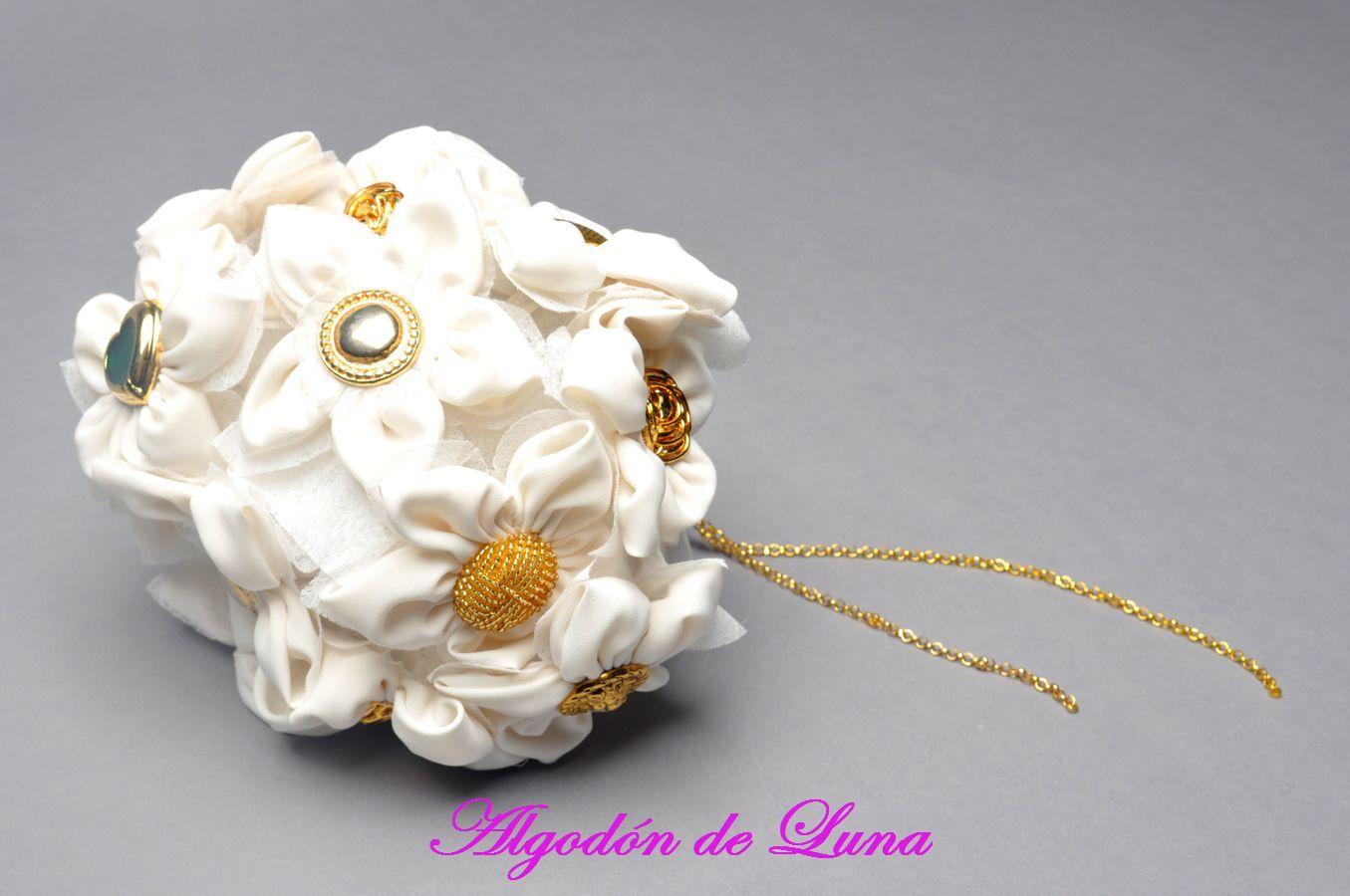 Bouquet ramo de flores de tela blancas y botones dorados y cadenas  606619349 algodondeluna@gmail