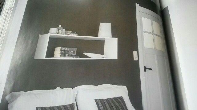 Kleine slaapkamer nachtkastje boven bed ipv er naast slaapkamer