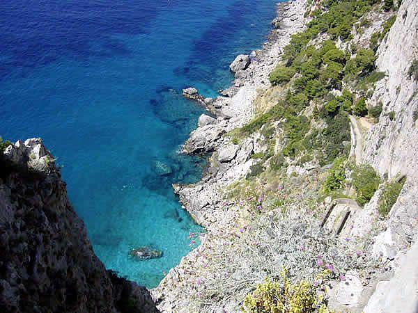 Capri à visiter, attractions touristiques, châteaux, églises, villes, quoi visiter, où aller, mer, montagnes, parcs naturels, produits locaux, spas