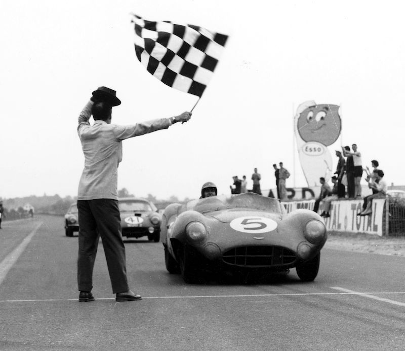 Shelby taking the checkered flag at the 1959 24 Hours of