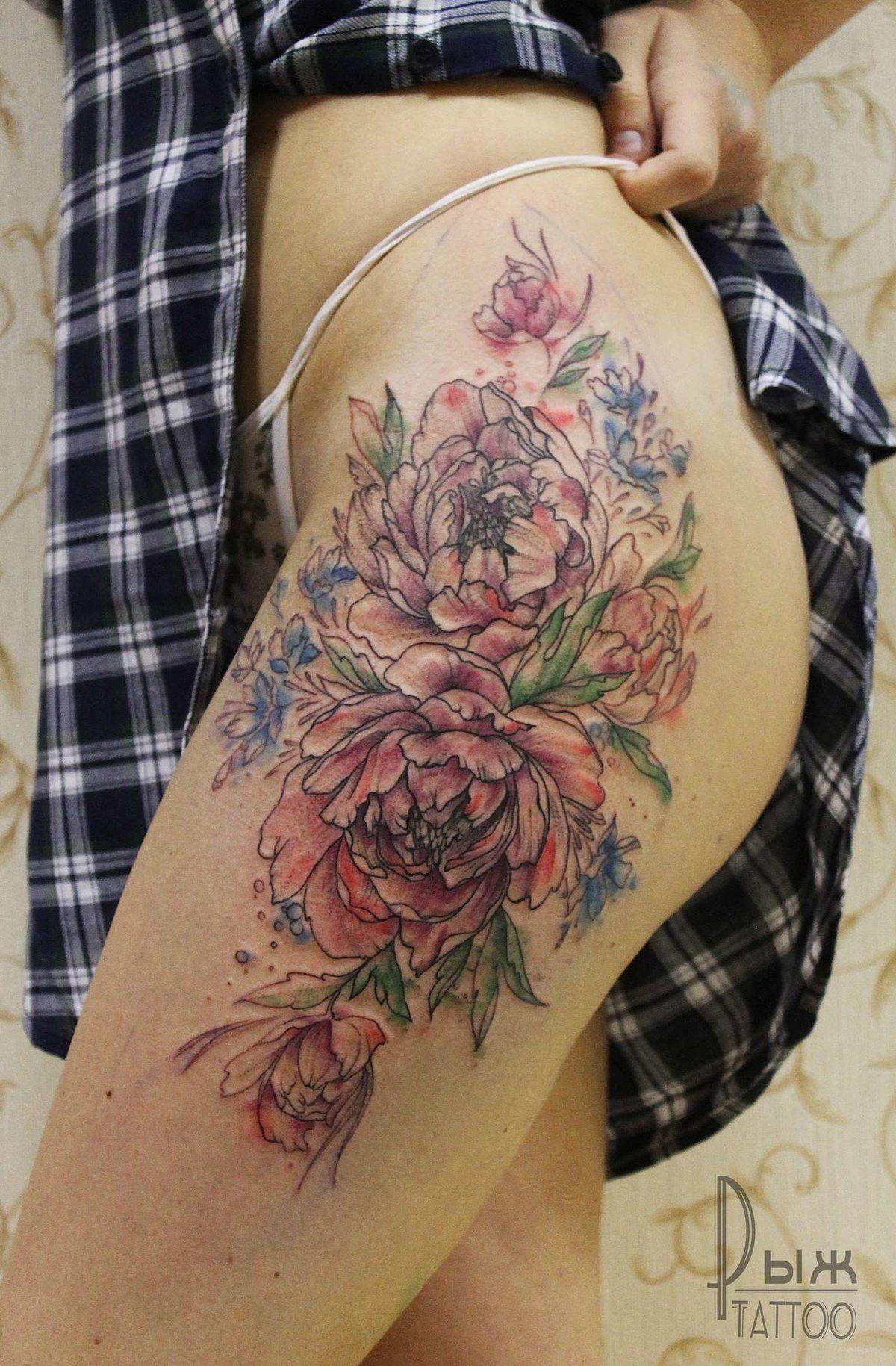 татуировка в стиле акварель пионы на бедре у девушки Fashion