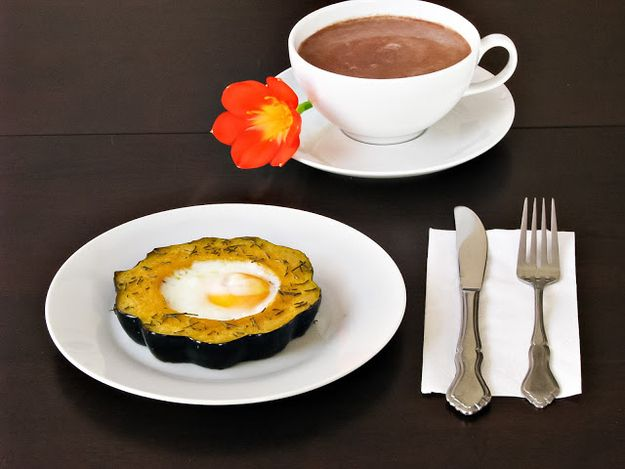 Hornear en una calabaza de bellota. | 31 Eggs In Exciting Holes