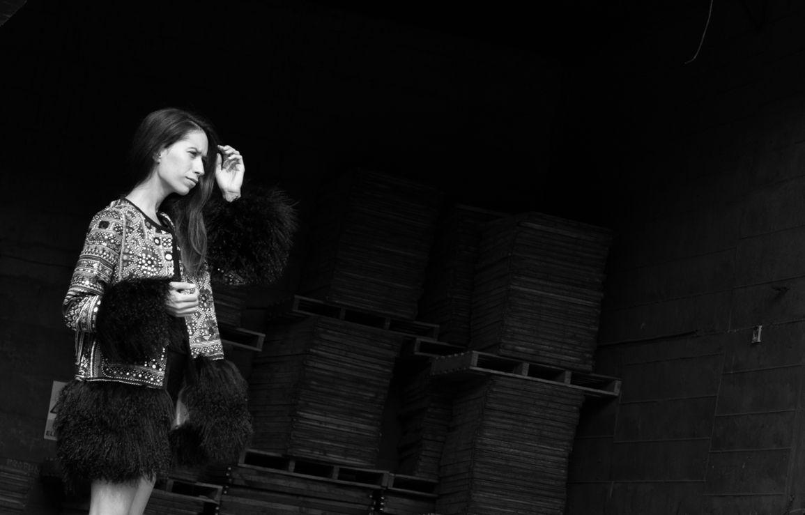 Outfit tribal compuesto de chaquetón étnico con aplicaciones de Blanca Carlón. Adriana Lindo fotografiada por Ángel Robles