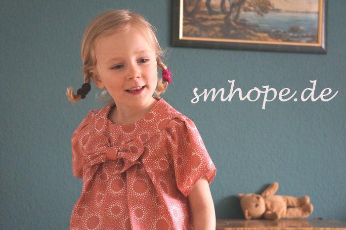 kurzarm Mädchenbluse  Knopf im Rückenteil  Farbe: altrosa/creme  grosse Schmuckschleife    ab Gr.L 45.95 Euro