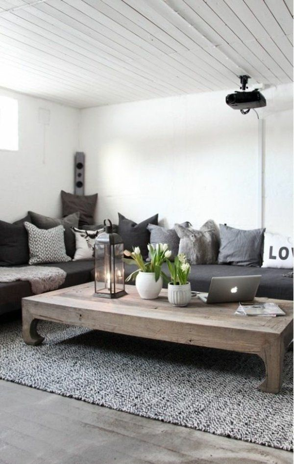 Ein Couchtisch aus Holz fügt Wärme und Natürlichkeit im Wohnzimmer